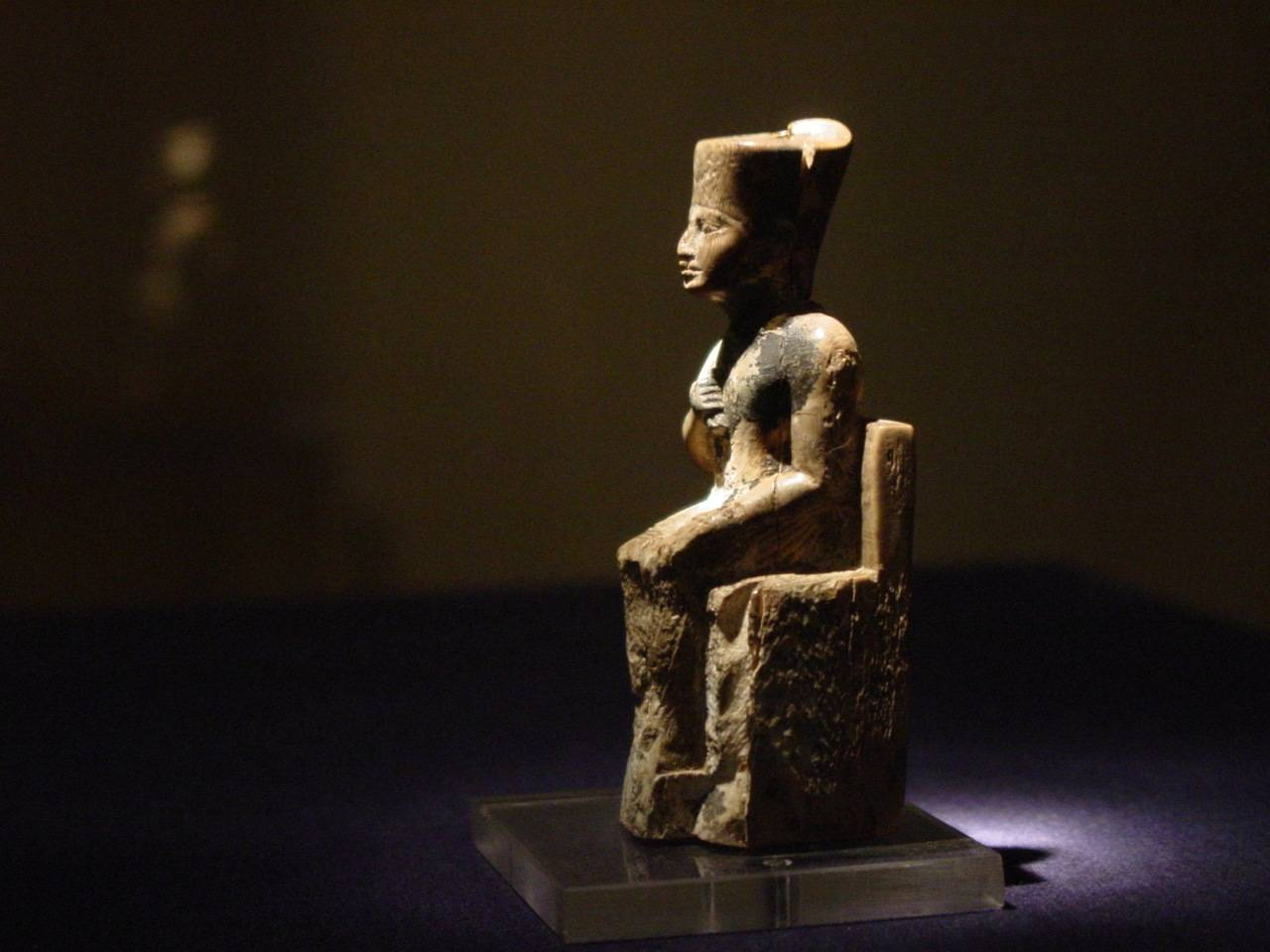 The figurine of Khufu measures 7.9cm (3in) high. It was discovered headless in 1903 by Flinders Petrie at the Kom el-Sultan necropolis at Abydos. Petrie offered a reward to anyone who could find the head. Three weeks later it was discovered.